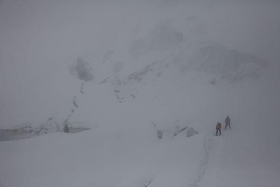 悪天候の中、下山開始