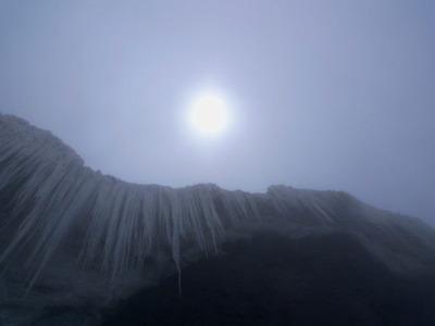山頂直下から上部を見上げる