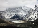 真中に見えるのがイムジャ氷河湖