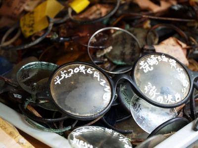 壕の中で発見された眼鏡の山