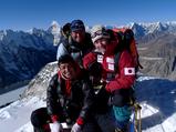 アイランドピーク山頂でダワタシシェルパとニマタシシェルパ(前列)