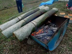 竹の飯ごうでご飯を炊く