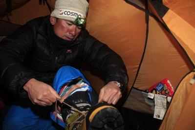 アタック直前のテントの中で 撮影平賀