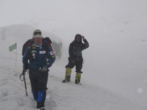 吹雪の中の下山