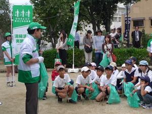 地元の子供たちに清掃活動の意義を話す