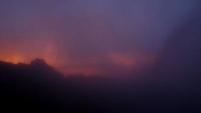 登頂後、霧と夕焼けに癒される