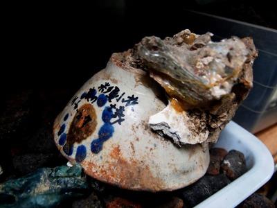 火炎放射器によって変形したお茶碗に人骨がくっついていた