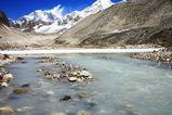 ホングコーラ、氷河湖から流れる水はこのように白く濁っている