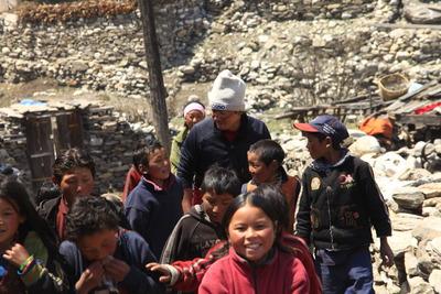 子ども達と新しい校舎に向かう - コピー