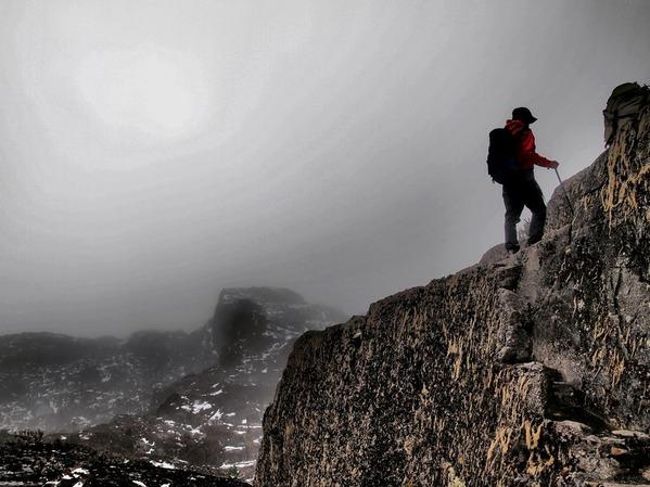 7番・ルゥエンゾリ山地の岩場を登る(ウガンダ)