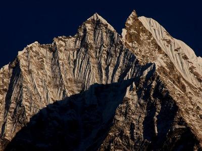ヒマラヤひだが見事なタムセルク峰