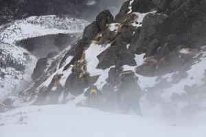 吹雪かれる登山者