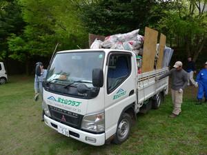 このトラック2杯分のゴミを回収
