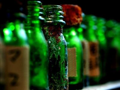 薬品のビンが並ぶ