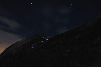 登山者のヘッドランプの光