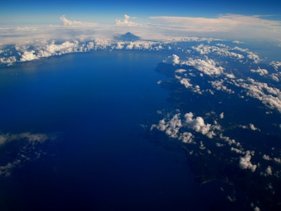 写真中央が富士山、右下は伊豆半島