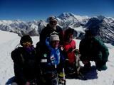 シェルパたちと山頂で記念写真
