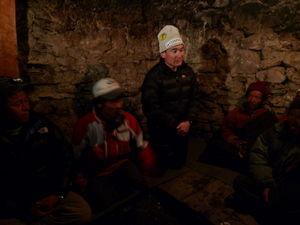 村人に学校建設の説明を行う