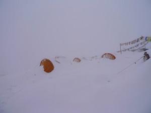ベースキャンプは雪の中