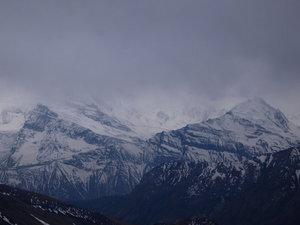 厚い雲に覆われたアンナプルナ山系
