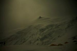大荒れのマナスル峰