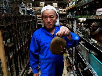 「西田」と名前の書かれた水筒を手にする国吉さん