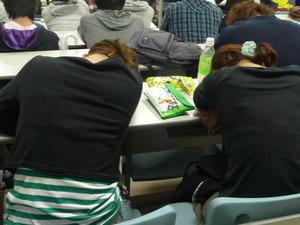 爆睡する学生たち