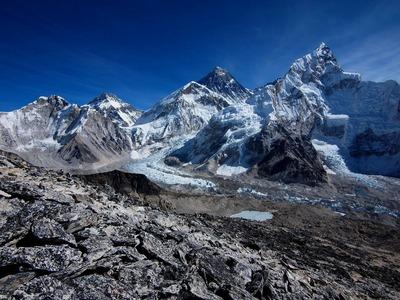 カラパタール山頂手前から眺めるエベレスト