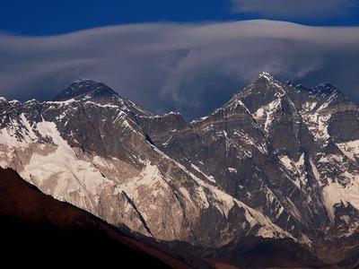 エベレストとローツェの間の雲が渦を巻いていた