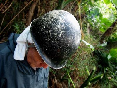 無数の傷が刻まれた国吉さんのヘルメット