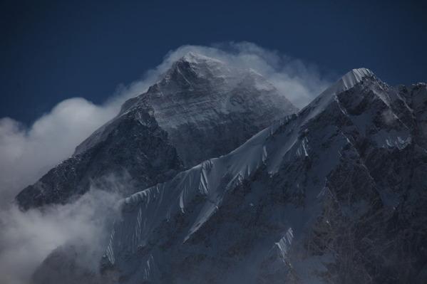 風雪が立ち昇るエベレスト