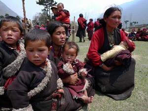 診察を待つ村人たち