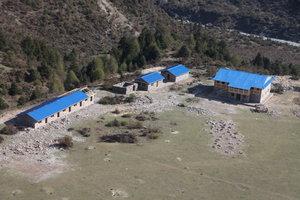 上空から見た建設中のマナスル学校