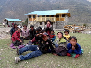 新校舎と子どもたち