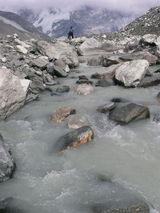 イムジャ氷河湖から水が流れ出す