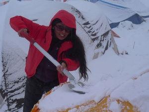 さっそく自分のテントの雪下ろしに追われるあゆみさん