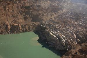 ツラギ氷河とツラギ氷河湖の境