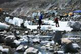 ベースキャンプの真ん中を流れる川