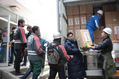 広田小学校に到着し救援物資を下す - コピー