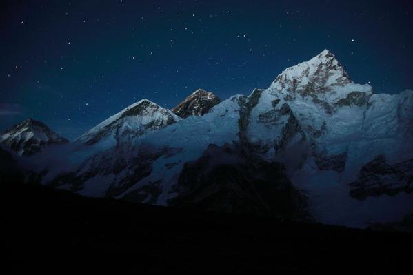 夜を迎えたエベレスト(カラパタールから撮影)