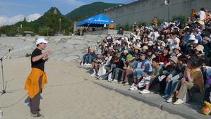 清掃後、海岸でミニ講演会を行った