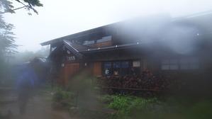 ドシャ雨の中、黒百合ヒュッテに到着