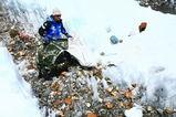 溶け出した氷河の中から大量のゴミを発見