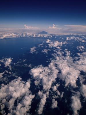 奥にチョコンとしているのが霊峰?富士山