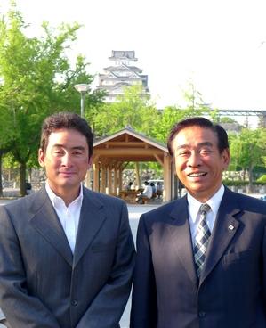 戸井田先生と バックに姫路城