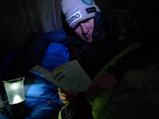 アタック前夜、テント内にて読書