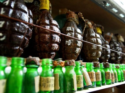 手榴弾と薬品のビン