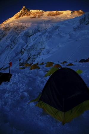 朝日に照らされるマナスル峰(キャンプ1から)