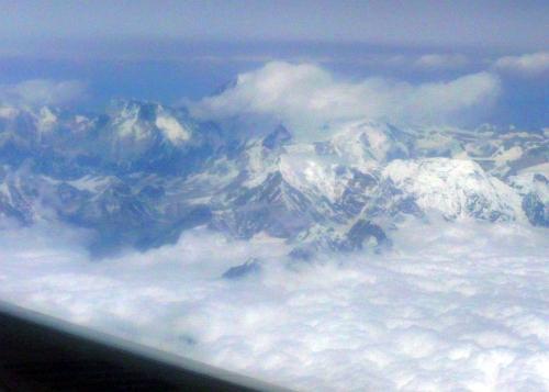 機内からのエベレスト 写真中央の雲の中がエベレスト山頂.