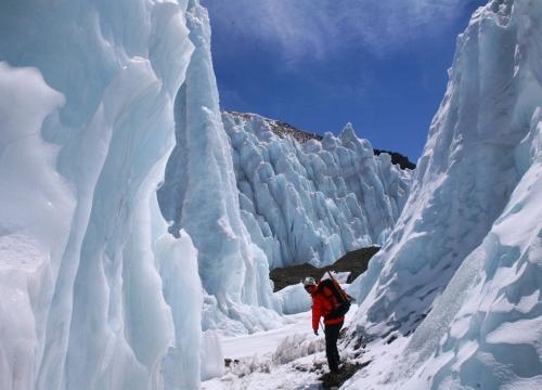 氷柱群の中を歩く野口